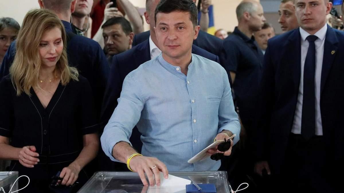 Володимир Зеленський віддав голос на місцевих виборах та посперечався з журналістами