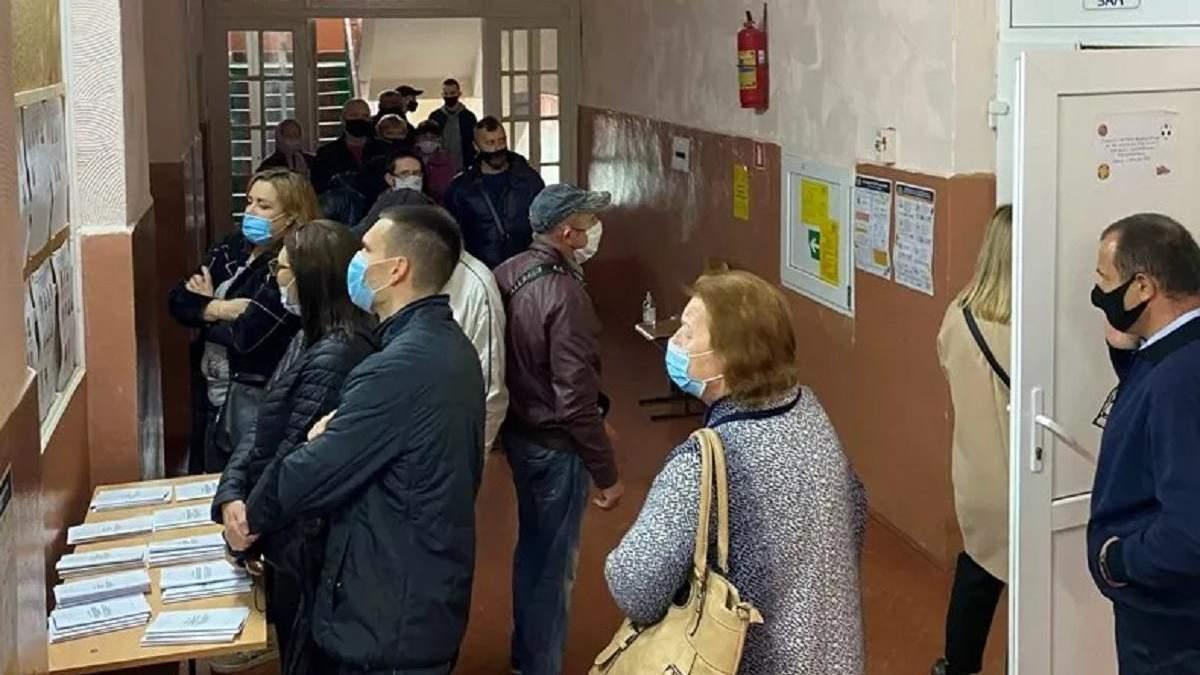 Як голосують на Закарпатті: черги, сутички між ромами – фото