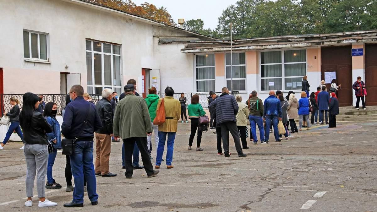 Украинцы стоят в очередях, чтобы проголосовать на местных выборах