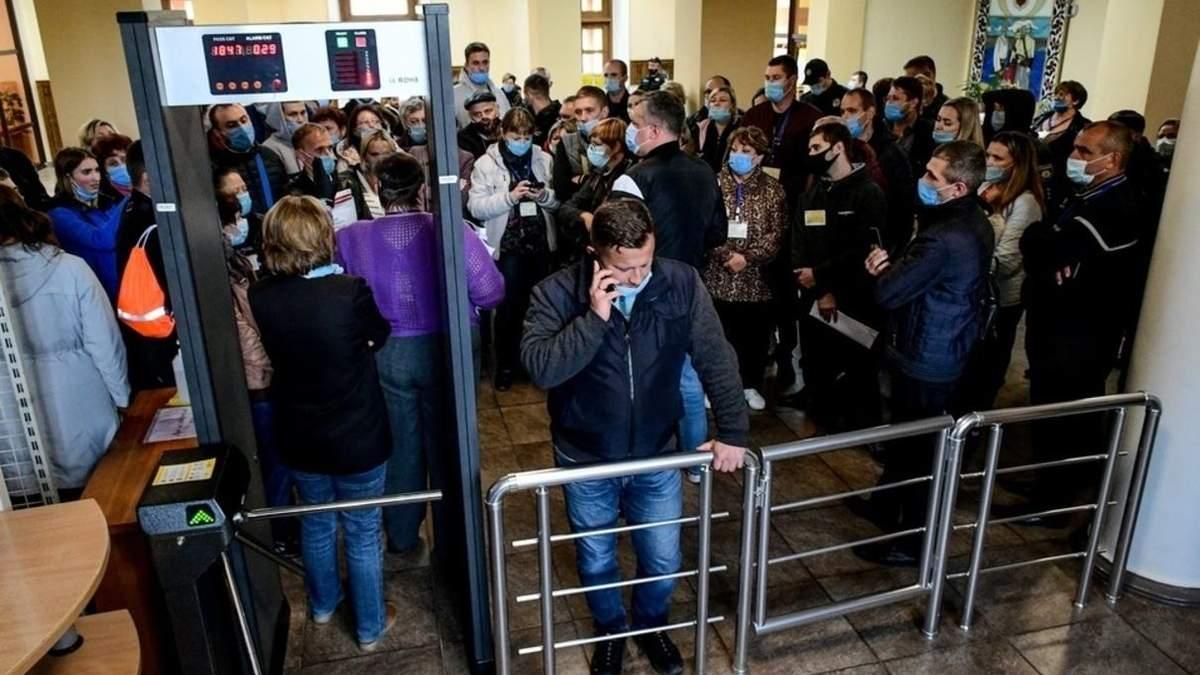 У Запоріжжі сотні члені ДВК застрягли у міській комісії : фото