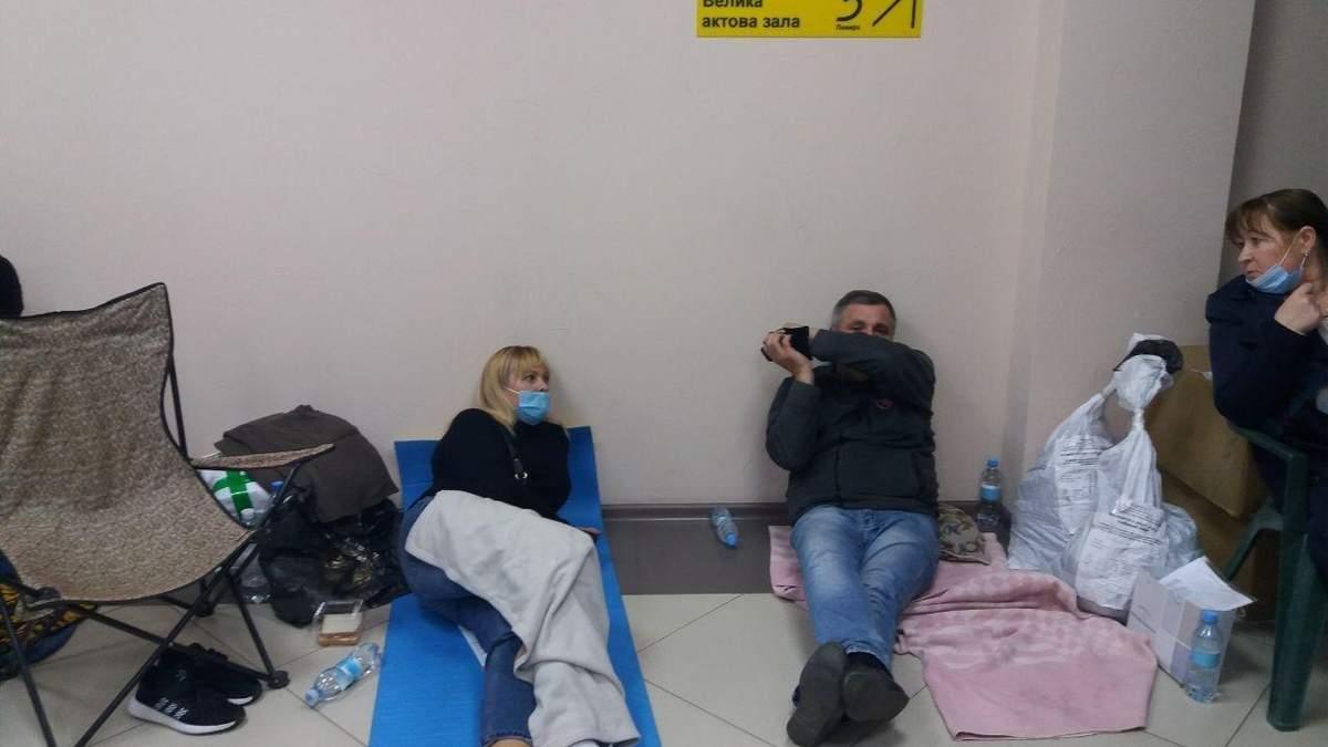 Спят на полу, в туалет по очереди: как в Одессе члены комиссии сдают протоколы – фото, видео