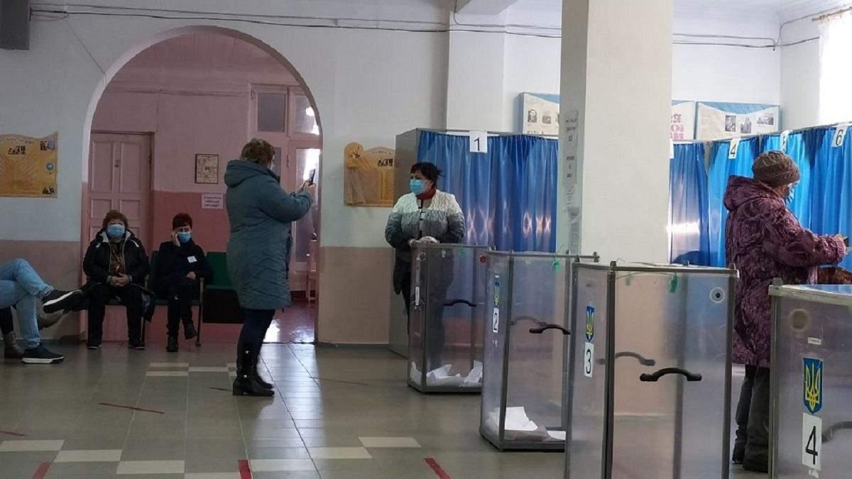 У Слов'янську люди роблять селфі біля виборчих урн, щоб виграти iPhone
