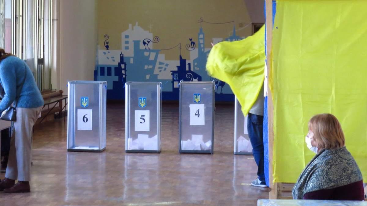 У Черкасах виборців підвозять на дільниці підозрілі автівки: фото