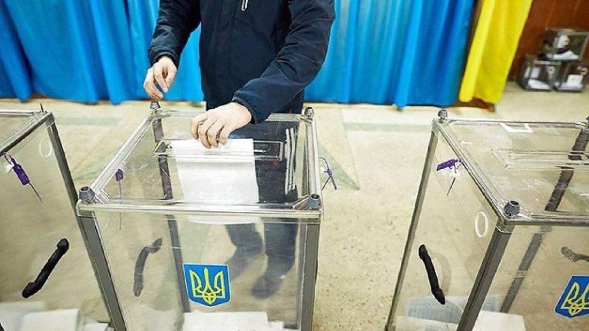 В Ровно пытались подкупить избирателей в пользу кандидата в мэры: видео