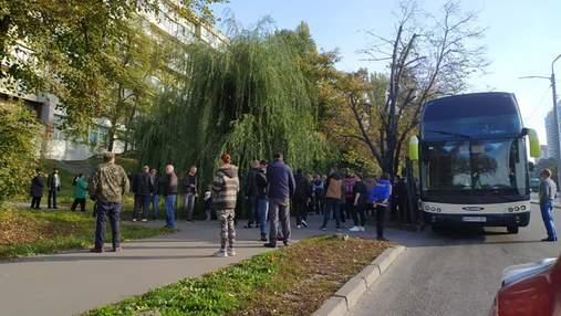 """Приїхали на """"екскурсію"""": в Києві затримали понад 130 учасників виборчих """"каруселей"""" – відео"""