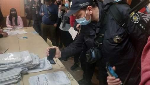 Выборы на Прикарпатье: проблемы нашли уже на 6 участке, пришлось вызывать полицию